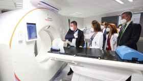 Las autoridades han visitado el nuevo servicio de Radioterapia de Toledo (Fotos: Ó. HUERTAS)