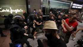 La Policía Nacional carga contra varios manifestantes este lunes tras la concentración por Samuel en Madrid. Efe