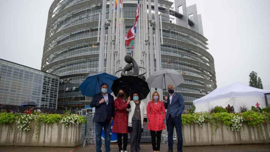 Oriol Junqueras, Meritxell Serret, Dolors Bassa, Carme Forcadell y Raül Romeva, este martes en la sede de la Eurocámara en Estrasburgo