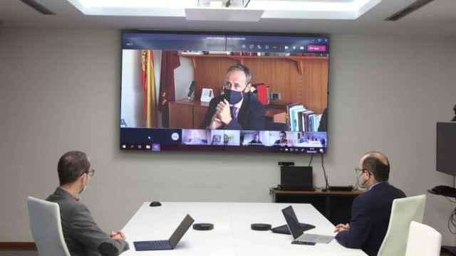 Una reunión telemática en las dependencias del gobierno de la Región de Murcia.