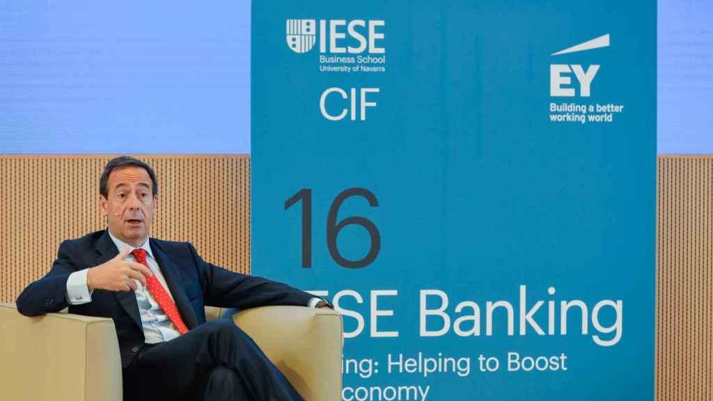 Gonzalo Gortázar, consejero delegado de CaixaBank, durante su intervención en el Encuentro Bancario del IESE.