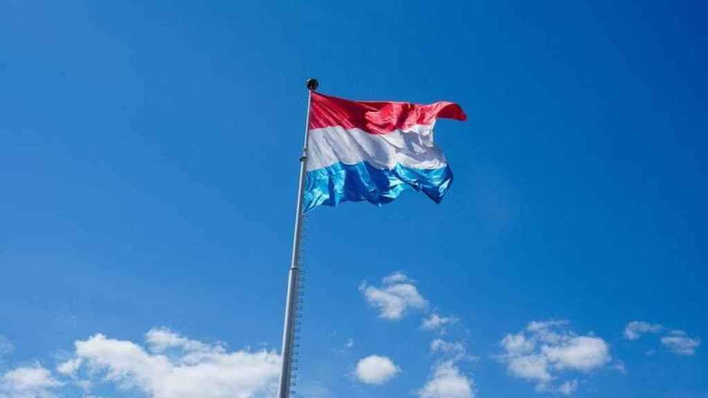 La bandera de Luxemburgo ondeando.