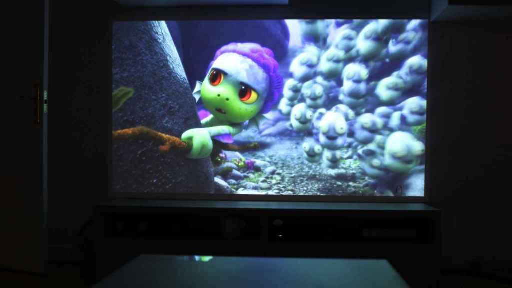 El proyector de LG con la película de Luca.