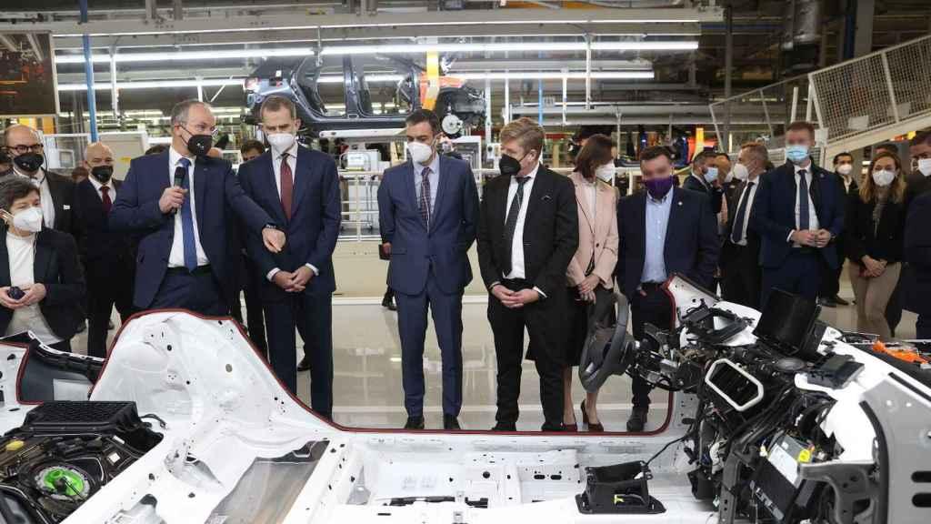 El Rey Felipe y el presidente Sánchez en la fábrica de Seat. E.E.