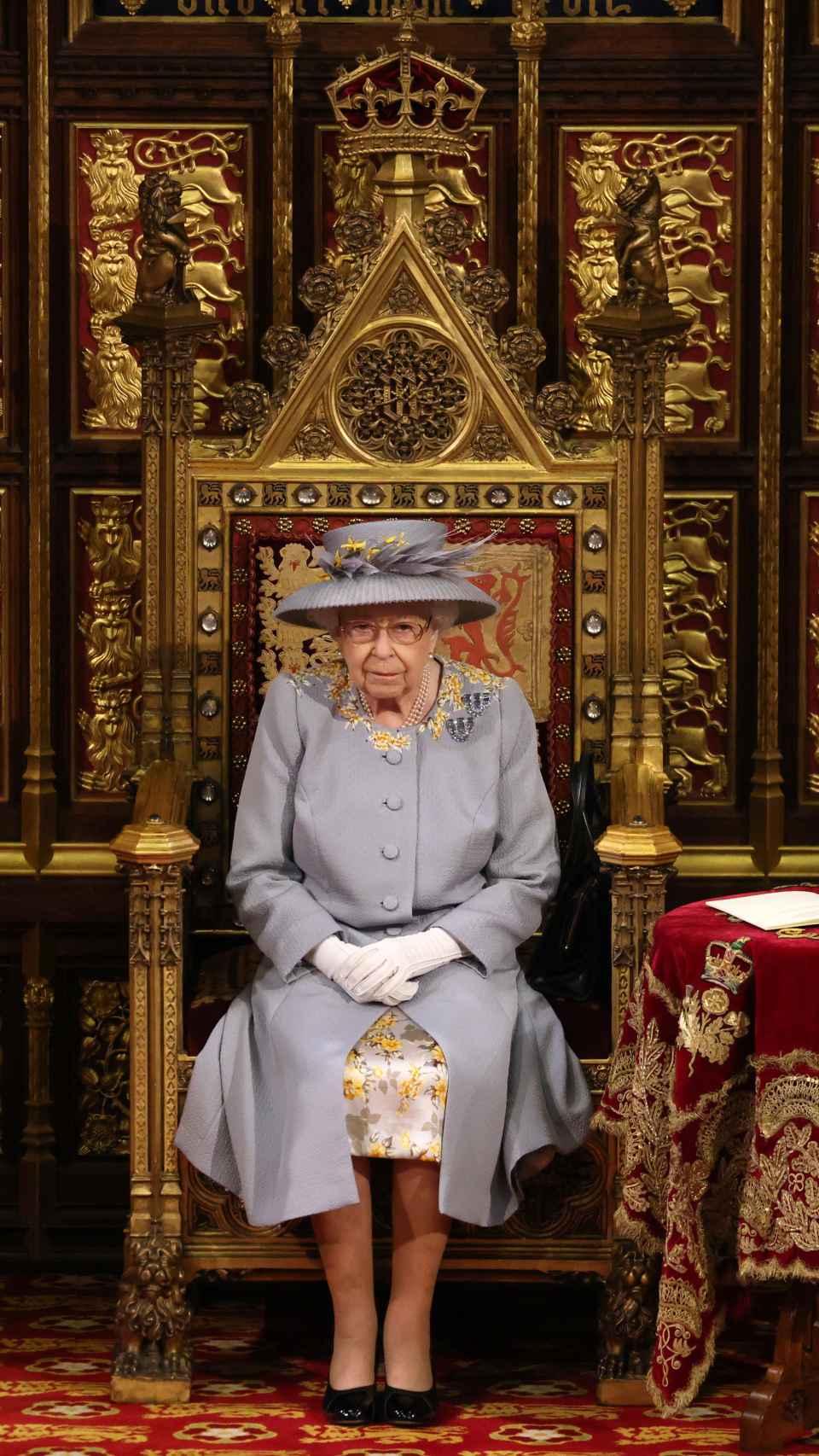 La reina Isabel II, seria y pensativa en un acto en el Parlamento, un mes después de la muerte de su esposo.