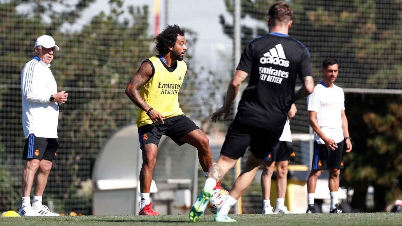 Carlo Ancelotti y Marcelo, durante un entrenamiento del Real Madrid