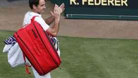 Roger Federer se retira de la pista central de Wimbledon en 2021