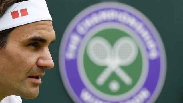 Roger Federer y el logo de Wimbledon