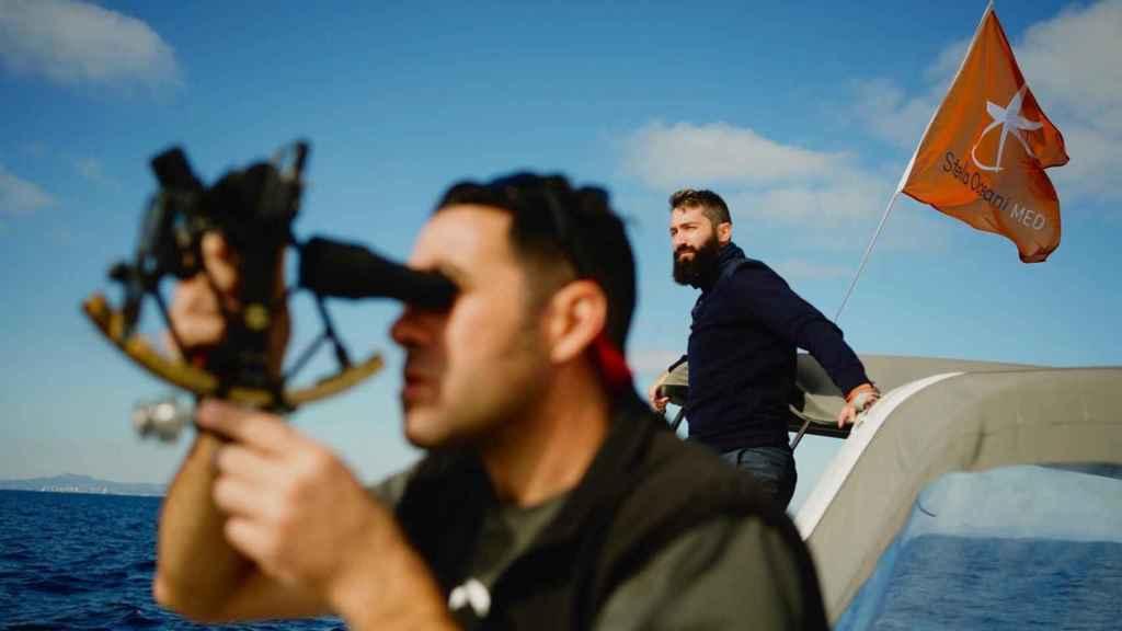 Un navegante usando el sextante durante la Stella Oceani