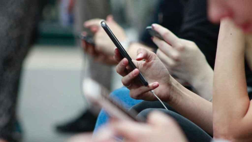 Una persona consulta información en su móvil.