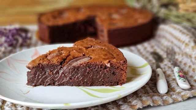 Brownie de chocolate negro y almendras caramelizadas, para amantes del chocolate