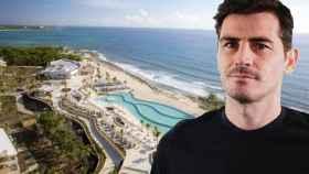 Iker Casillas junto al hotel en el que se hospeda en la Riviera Maya, en un montaje de JALEOS.