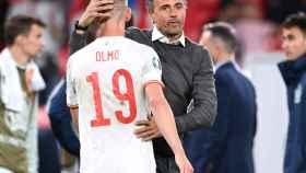 Luis Enrique consolando a Dani Olmo tras el Italia - España