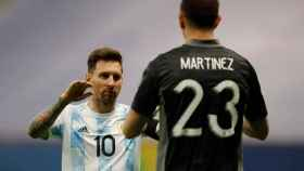Messi junto a Emiliano Martínez