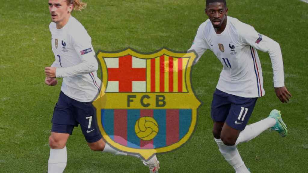 Griezmann y Dembélé, junto al escudo del Barcelona, durante un partido de Francia