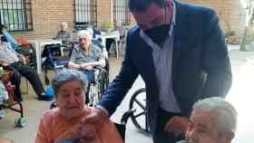 Manuel Fernández, alcalde de Gálvez (Toledo), saluda a dos vecinas