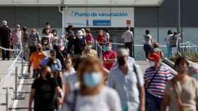 Centenares de ciudadanos esperan más de una hora para vacunarse en el hospital Enfermera Isabel Zendal, en Madrid.
