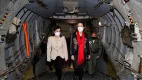 La ministra de Sanidad, Carolina Darias, junto a la ministra de Defensa, Margarita Robles, este jueves en la visita a la base de Torrejón.