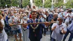 Paco Cuenca rodeado de granadinos tras ser investido alcalde.