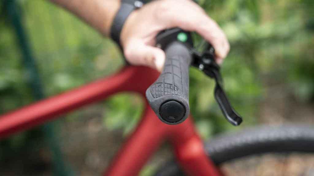 El GPS de la bicicleta está dentro del manillar derecho.