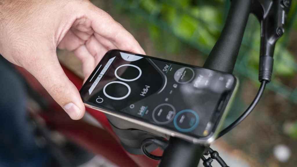 Se puede colocar el móvil para tener una pantalla con información del recorrido.