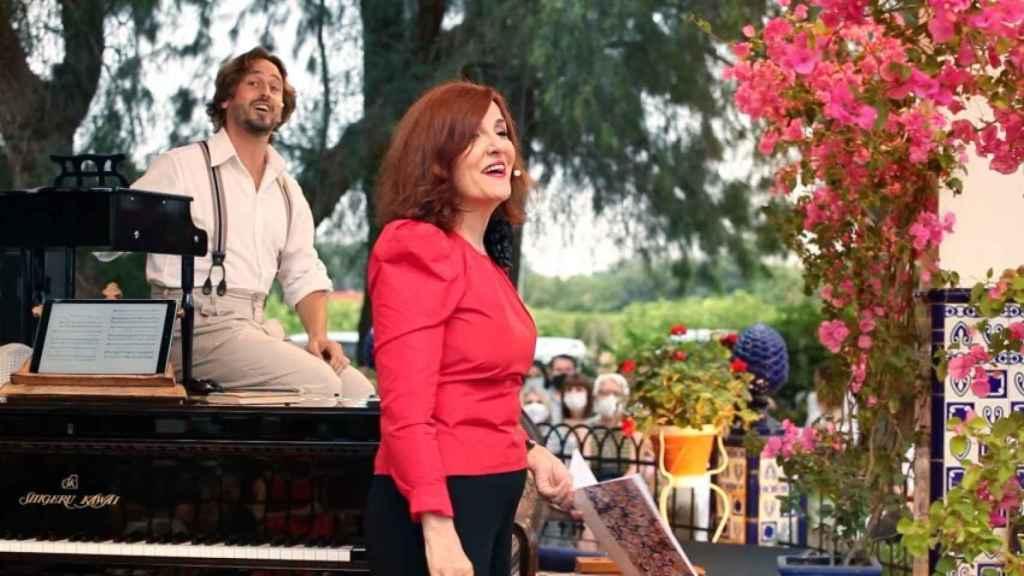Elvira Lindo durante el espectáculo junto al pianista Antonio Galera