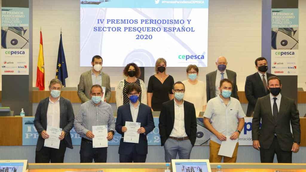 Foto de familia de los finalistas y premiados del certamen periodístico organizado por Cepesca.