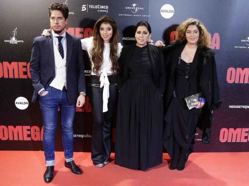 Aurora Carbonell junto a sus tres hijos, Estrella, Soleá y Kiki, en la presentación de 'Omega'.