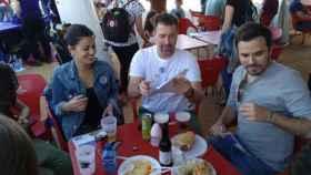 El ministro de Consumo, Alberto Garzón, disfrutando con compañeros de un bocadillo de carne.
