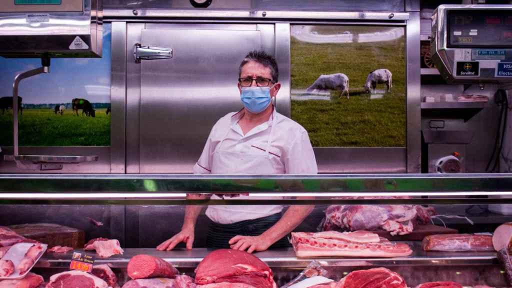 Manolo lleva 30 años vendiendo carne en este mercado.