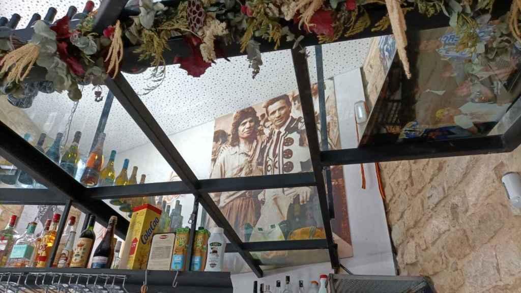 Una gigantesca imagen de José Mari Manzanares con Camarón destaca sobre las demás.