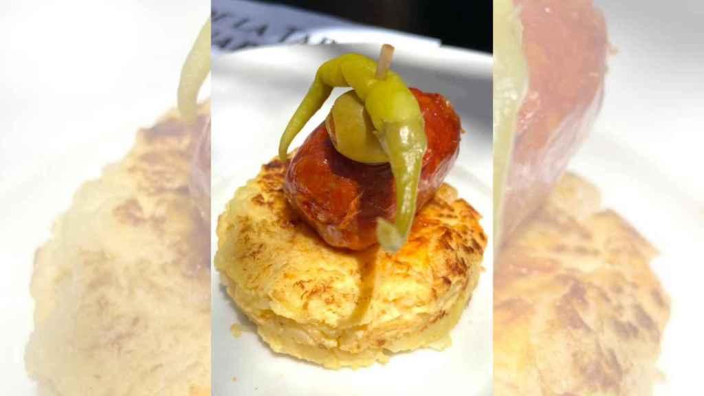 Su tortilla de patatas lleva dos texturas diferentes de cebolla.