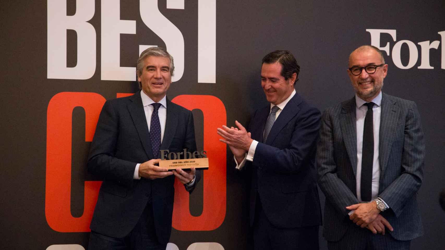 Francisco Reynés, presidente de Naturgy, en el momento en el que recoge el premio  Forbes el mejor CEO de 2021.