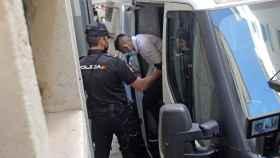 Uno de los cuatro integrantes de la llamada manada de Callosa llega a la Audiencia Provincial de Alicante.