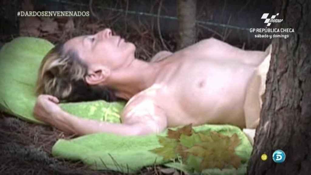 Karmele Marchante fue pillada haciendo topless en 'Campamento de verano'.