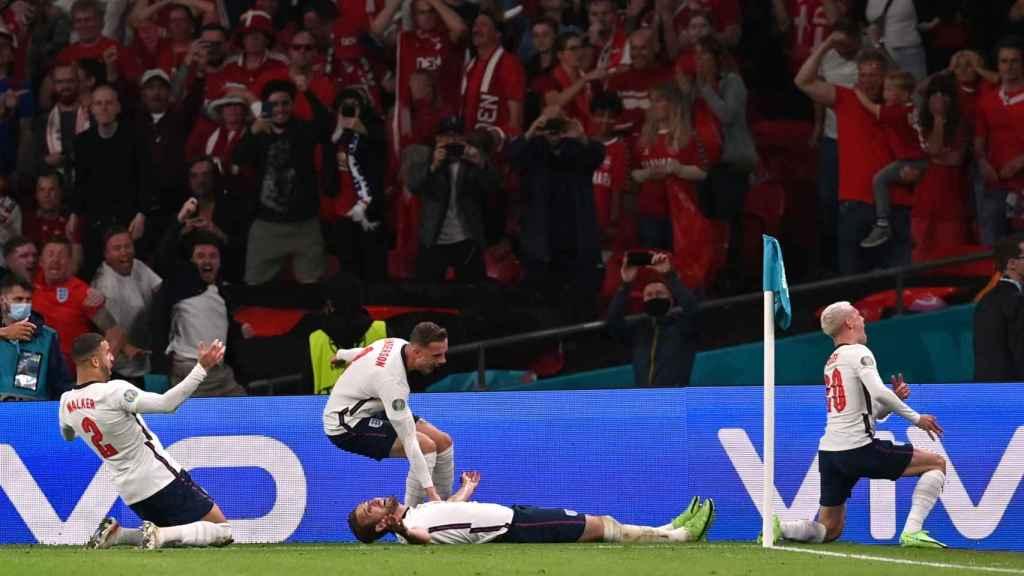 Inglaterra celebrando un gol con la afición de Dinamarca de fondo