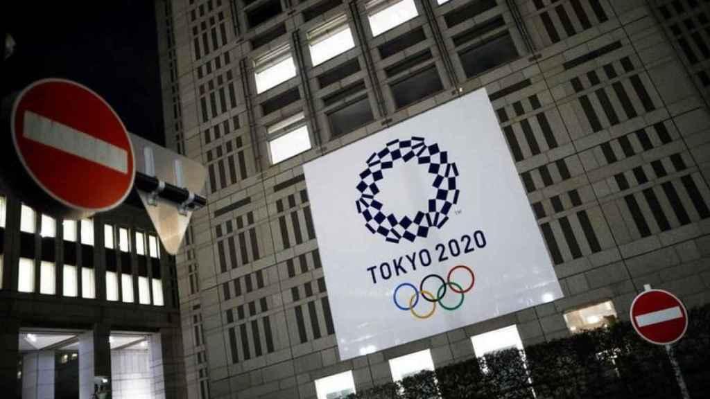 Cartel de Tokio 2020 en la fachada de un edificio