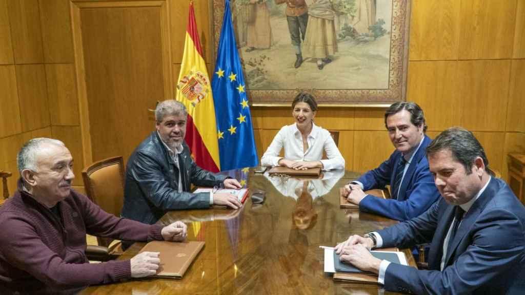La ministra de Trabajo, Yolanda Díaz, con los representantes sindicales, Pepe Álvarez y Unai Sordo, y los empresariales, Antonio Garamendi y Gerardo Cuerva, en una foto de archivo.