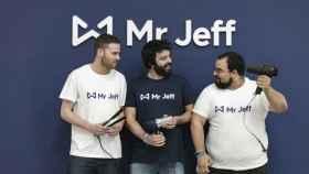Eloi Gómez (en el centro) CEO y cofundador de Jeff. EE