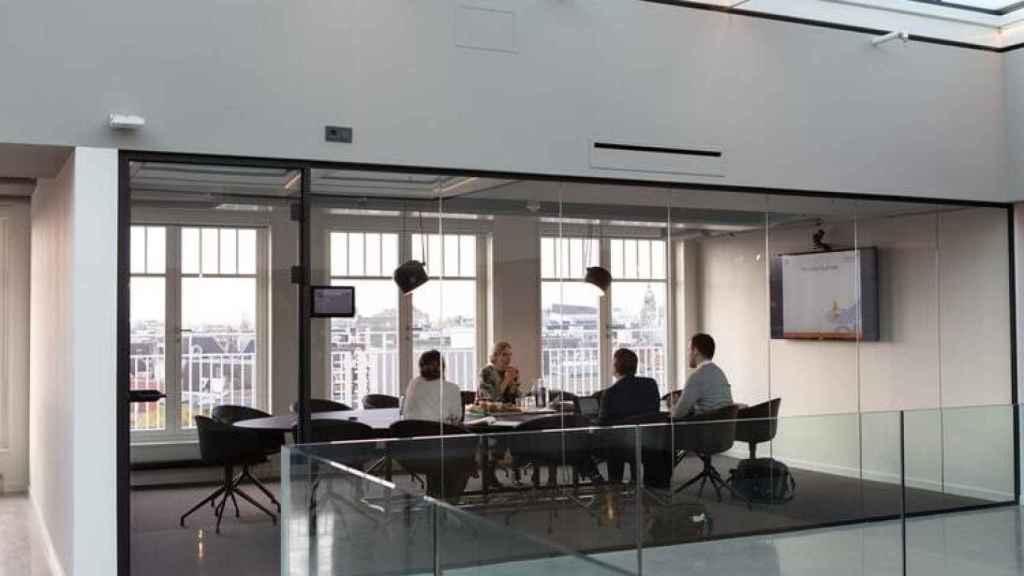 Una reunión entre varios ejecutivos.