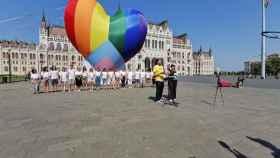 Varias organizaciones han inflado este jueves en Budapest un globo arcoiris para protestar contra la ley húngara.