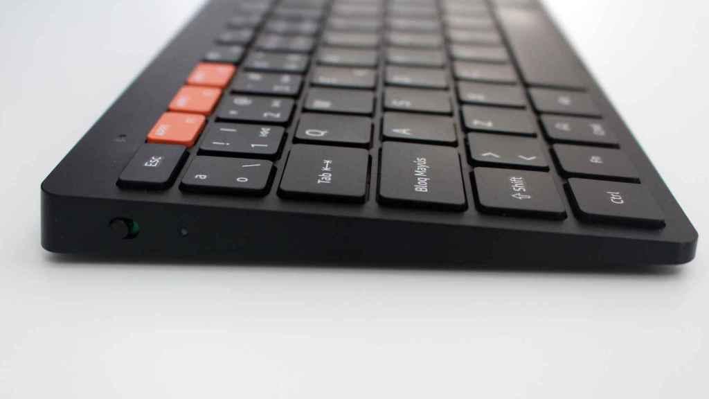 El lateral con el botón de encendido del Samsung Smart Keyboard Trio 500.