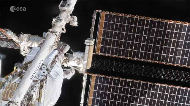 Astronautas en su segunda caminata.