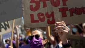 Una mujer levanta su cartel durante una protesta contra la Ley Trans en Madrid.