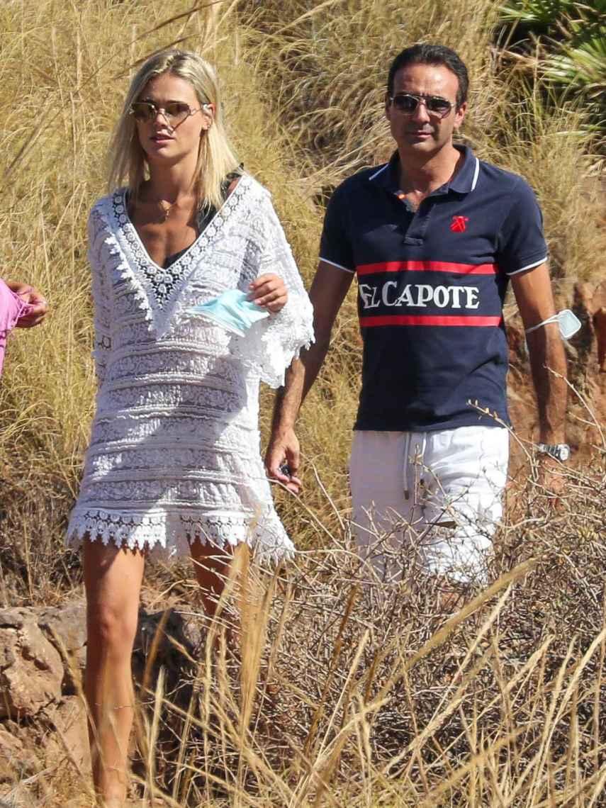 Ana Soria y Enrique Ponce fueron captados discutiendo mientras paseaban por el campo.