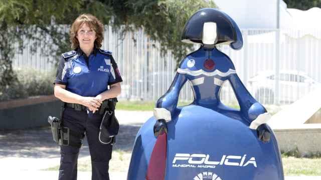Isabel Peña junto a una Menina por el 50 aniversario de la entrada de mujeres en la Policía Municipal.