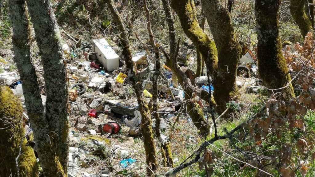 Vertedero ilegal en el arroyo de Pedroso en Palacios del Sil (León).