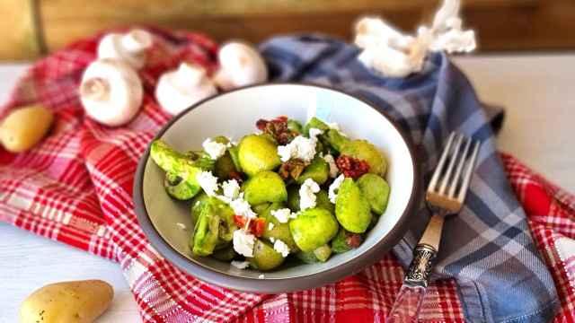 Ensalada verde de patata y tomate seco