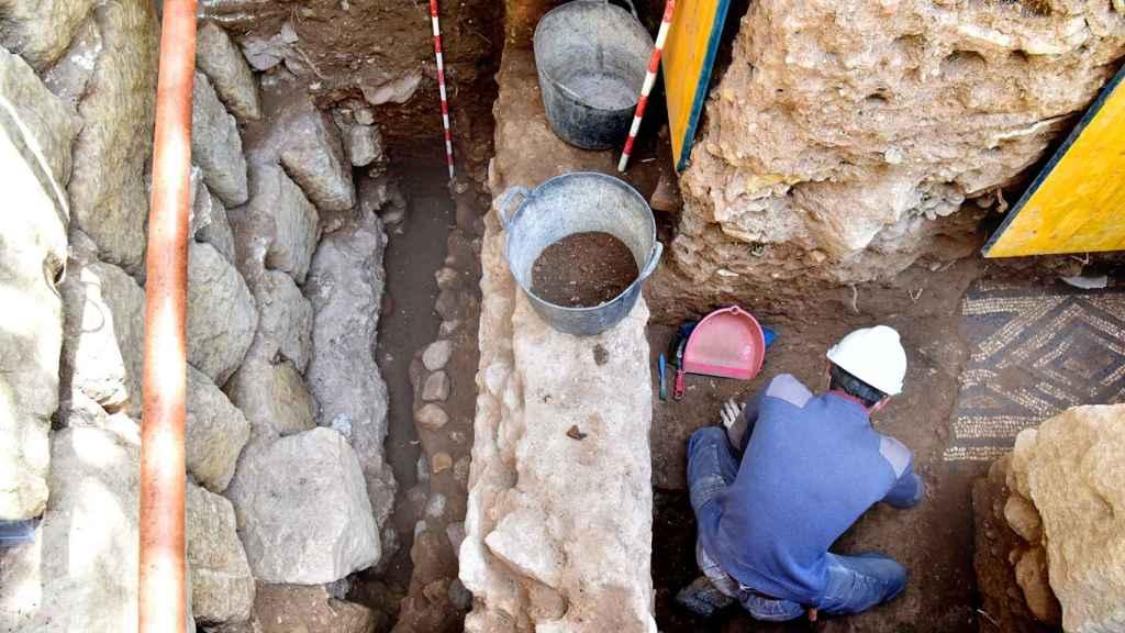 Uno de los arqueólogos, excavando la zona del patio en la que ha aparecido un mosaico.