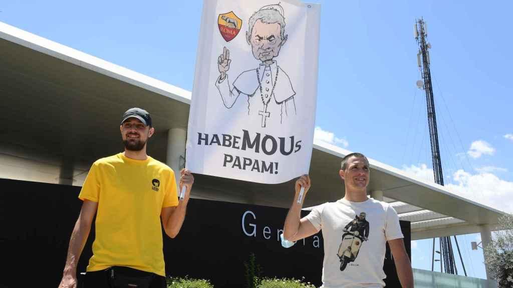 Aficionados de la Roma animan a Mourinho a su llegada
